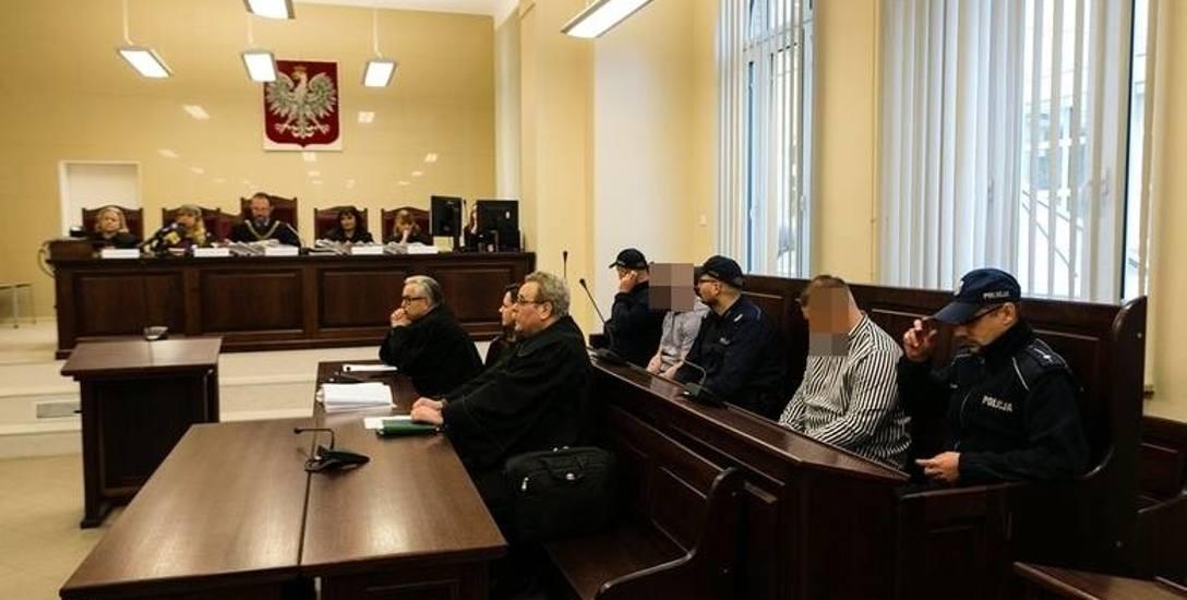 Widoczni na zdjęciu trzej oskarżeni mają zarzuty zabójstwa ze szczególnym okrucieństwem. Przyznali się tylko do pobicia