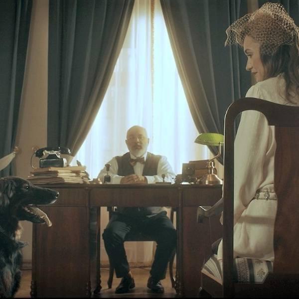 """Kadr ze spotu """"Przygarnij szczęście"""" Fundacji Zwierz. Pies Spiner, Mirosław Neinert, Joanna Osyda."""