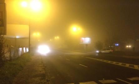 Silna mgła w woj. śląskim. Widoczność jest coraz słabsza