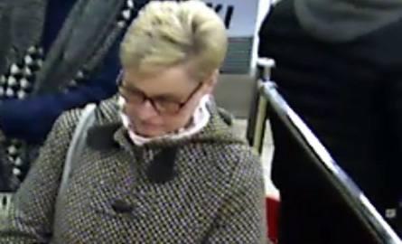 Policja szuka kobiety, która ma związek z kradzieżą torebki