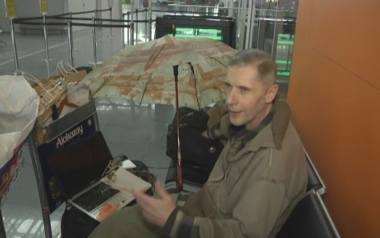 Ukraina: Andrij od dwóch lat mieszka... na lotnisku. Mieszkanie matki przywłaszczyła sobie opiekunka