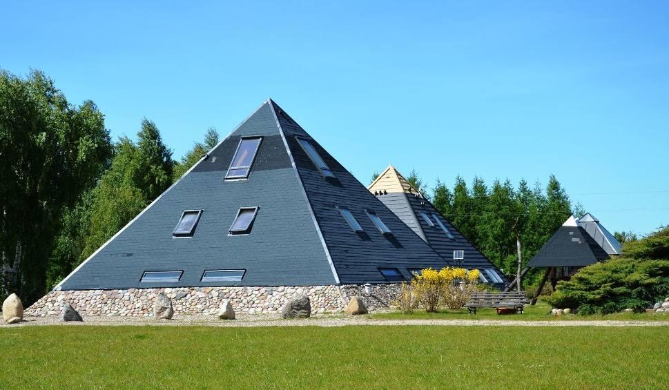 Film do artykułu: Piramidy na Kaszubach. Możesz tu przenocować [ZDJĘCIA]