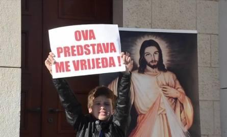 Jezus miał zgwałcić półnagą w hidżabie. Kolejna kontrowersyjna sztuka