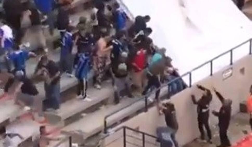 Film do artykułu: Zadyma na trybunach podczas meczu meksykańskiej ekstraklasy. Tłukli się pałkami, krzesełkami i koszami na śmieci. W ruch poszły kamienie