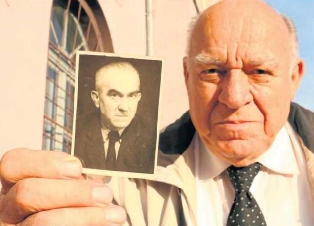 Prof. Franciszek Marek ze zdjęciem ojca.