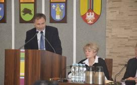Radny Wojciech Miedzianowski (stoi) żąda usunięcia jego nazwiska z pism przygotowywanych przez starostwo