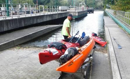 Niemieckie śluzy (tu Berlin-Spandau)  wyposażone są w szynowe wózki do transportu kajaków i mniejszych łodzi