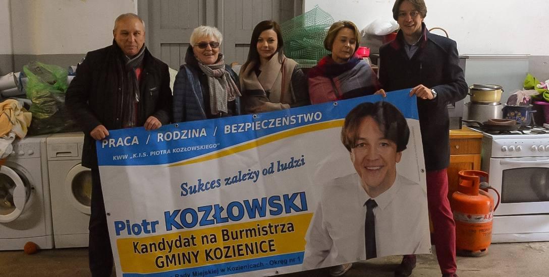 Dziesiątki banerów wyborczych Piotra Kozłowskiego przyszłego burmistrza Kozienic oraz Teresy Fryszkiewicz zwyciężczyni wyborów w Garbatce-Letnisko na