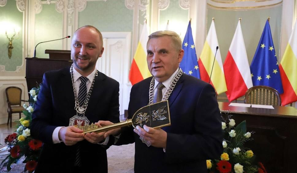 Film do artykułu: Pierwsza uroczysta sesja Rady Miasta Białystok. Radni złożyli ślubowanie, prezydent odebrał klucze do miasta