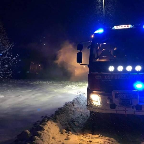 Pożar w Ujkowicach. W stodole paliły się ubrania [ZDJĘCIA OSP]