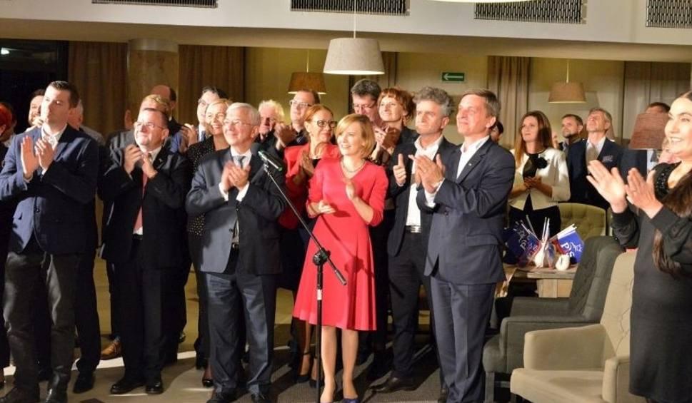 Film do artykułu: Wieczór wyborczy w kieleckim sztabie Prawa i Sprawiedliwości. Wielka radość i oklaski [ZAPIS TRANSMISJI, ZDJĘCIA]