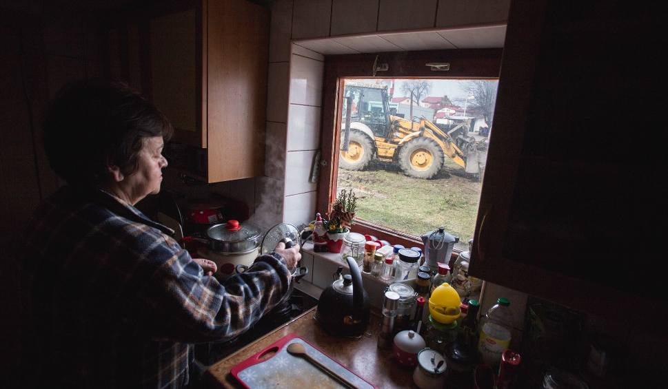 Film do artykułu: Wyciął drzewa, rozmontował ogrodzenie, podkopuje dom. Spór na działce w Rowach