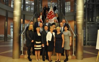 Pamiątkowe zdjęcie (części) radnych i zarządu (z prawej starosta Domagała). We wtorek wyjaśni się, kto będzie rządził powiatem
