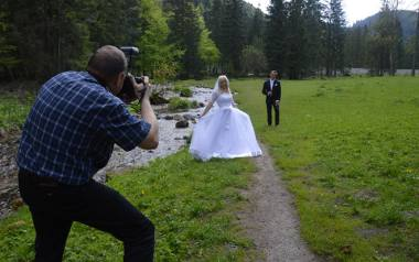 Biała suknia,garnitur, obrączki, uśmiech, pocałunek. A to wszystko w otoczeniu górskiej przyrody. Podhale ma wyjątkowe walory dla zakochanych, by właśnie