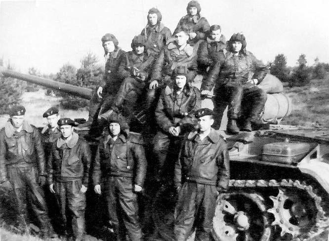 Zdjęcie z archiwum Bronisława Bieniarza (drugi od lewej). Dalej mechanik – kierowca i działonowy. Pierwszy z prawej ładowniczy.