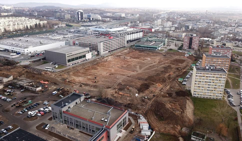 Film do artykułu: Ruszyła budowa stadionu Politechniki Świętokrzyskiej w Kielcach [WIDEO I ZDJĘCIA Z DRONA]