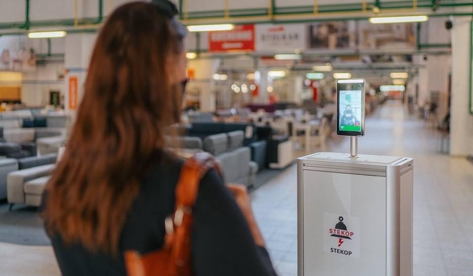 Film do artykułu: Białostockie roboty pomagają w walce z koronawirusem. Sprawdzą temperaturę, dostarczą leki. Mogą być używane w szpitalach czy sklepach. FOTO