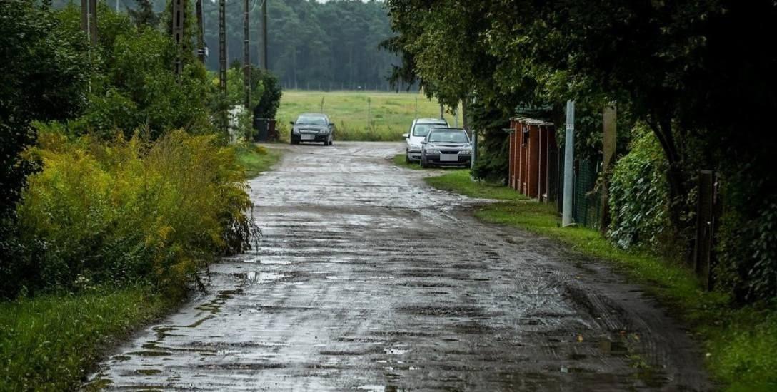Na ulicy Stefańskiego brakuje chodników i utwardzonej nawierzchni.