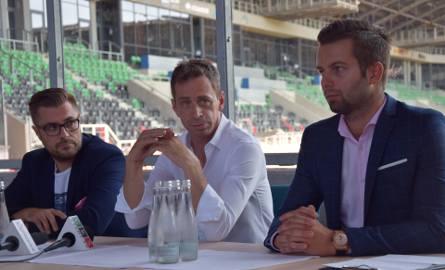 Konferencja prasowa. Od lewej: Grzegorz Bednarski, prezes Tyskiego Sportu; Jacek Bazan, właściciel restauracji Stadionowej; Krzysztof Trzosek, rzecznik
