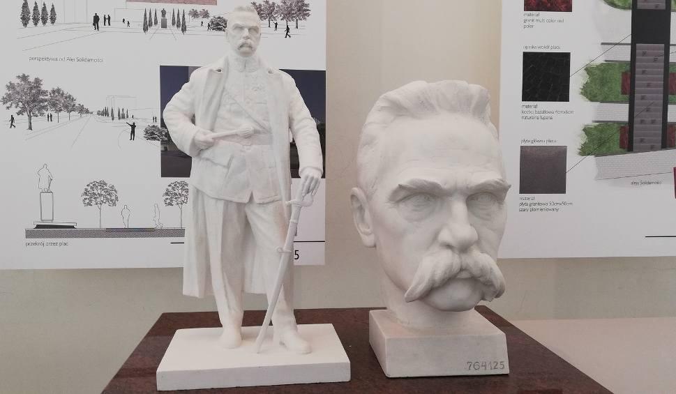 Film do artykułu: Autor stołecznego pomnika Lecha Kaczyńskiego wygrał w Tarnowie konkurs na monument Józefa Piłsudskiego