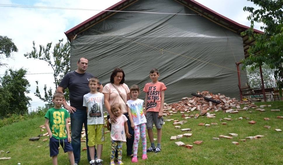 Film do artykułu: Po wichurze w gminie Gorzyce. Państwo Maczugowie i ich pięcioro dzieci bez dachu nad głową