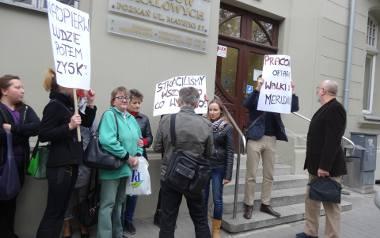 Inicjatywa Pracownicza zapowiedziała protest przed siedzibą ZKZL.  Uważa, że outsourcing usług portierów w przypadku ZKZL praktycznie uniemożliwia miejskiej