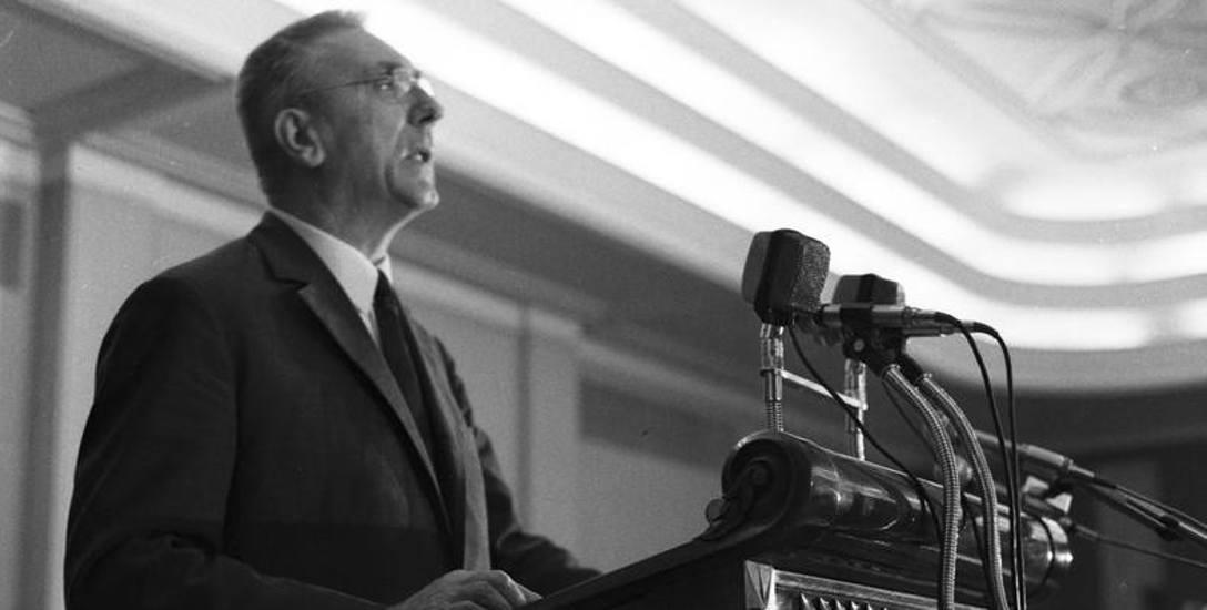 Edward Gierek podczas przemówienia na sali obrad w budynku KC PZPR