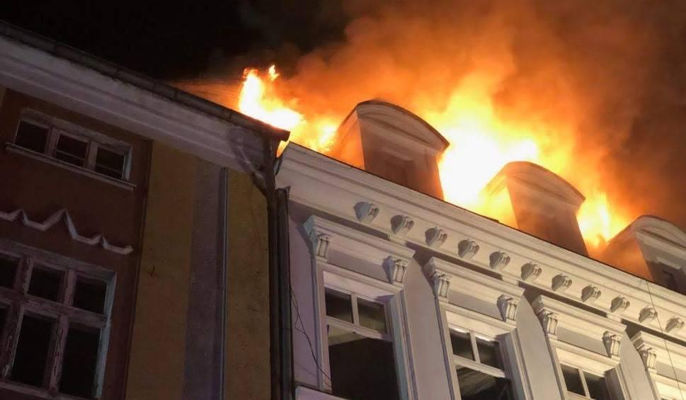 Film do artykułu: Kędzierzyn-Koźle: wybuch gazu i pożar kamienicy. Pod gruzami budynku mogą być ludzie. Strażacy w akcji na ulicy Czerwińskiego [NOWE FAKTY]