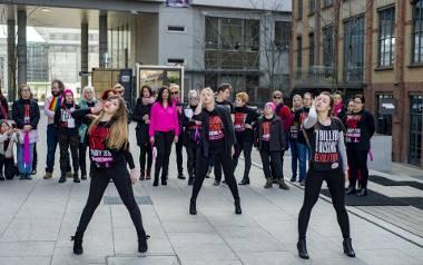 """Akcja """"Nazywam się Miliard"""" w Poznaniu przeciw przemocy wobec kobietZobacz kolejne zdjęcie --->"""