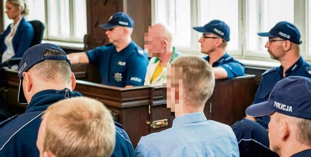 Marcin K. (na zdjęciu na pierwszym planie tyłem) żąda zmiany adwokatów. Twierdzi, że z obecnie reprezentującymi go obrońcami nie może dogadać się, co