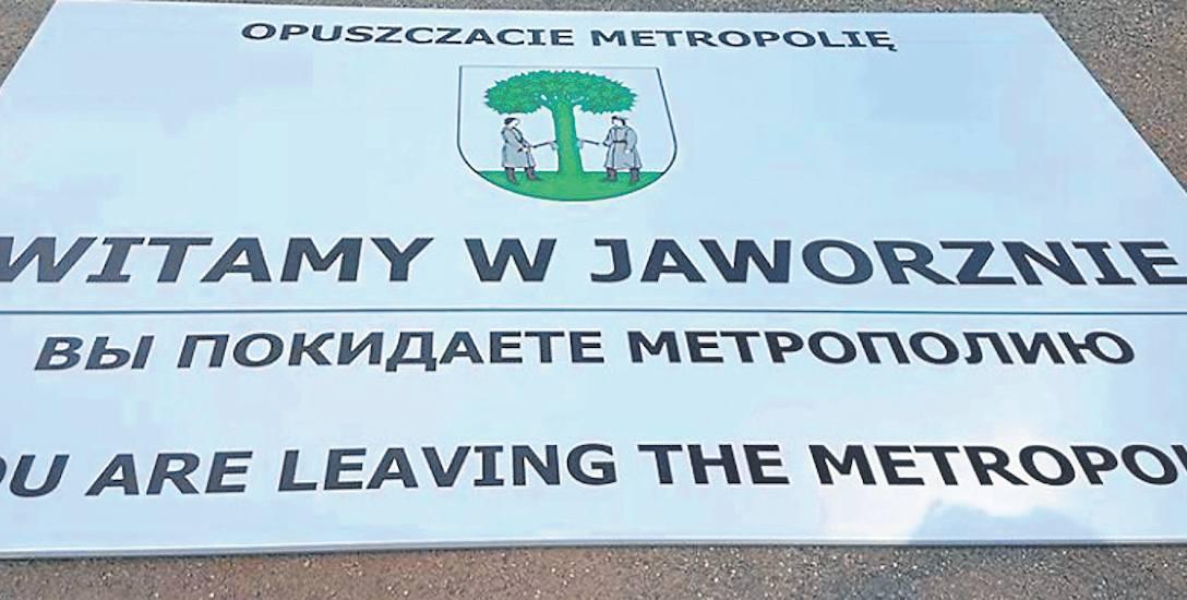 """Tak wygląda tablica, która miała pojawić się na Jęzorze. Zdanie """"Opuszczacie metropolię"""" jest po polsku, rosyjsku i angielsku"""