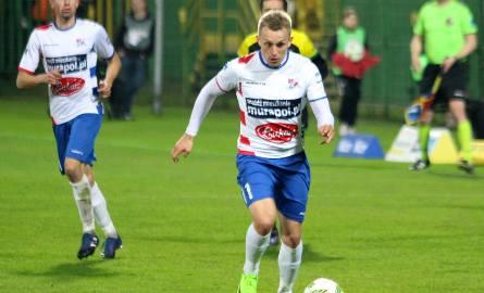 Łukasz Sierpina mógł otworzyć wynik meczu w Chojnicach, ale w dogodnej sytuacji trafił w słupek. Później do siatki trafiali już tylko gospodarze