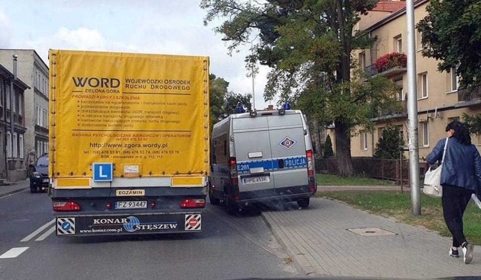 Film do artykułu: Kierowca uderzył w budynek w Zielonej Górze na ul. Sienkiewicza i uciekł. Szuka go policja [ZDJĘCIA]