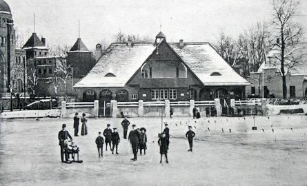 Dawna pocztówka - datowana na początek XX wieku. Wówczas nie było problemu z niską temperaturą, która zapewniała lód, a na stawku jeżdżono przez ponad