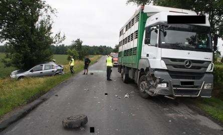 Do groźnie wyglądającej kolizji doszło w Samszycach koło Radziejowa na drodze wojewódzkiej nr 267. Uderzenie ciężarówki w tył opla było tak mocne, że