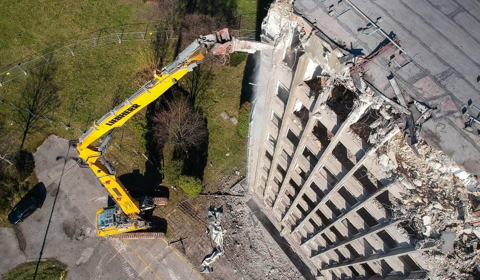 """Film do artykułu: Wyburzają dawny biurowiec Silmy w Sosnowcu Zagórzu. Co go zastąpi? ZDJĘCIA Z DRONA Ogromna koparka """"zjada"""" budynek"""