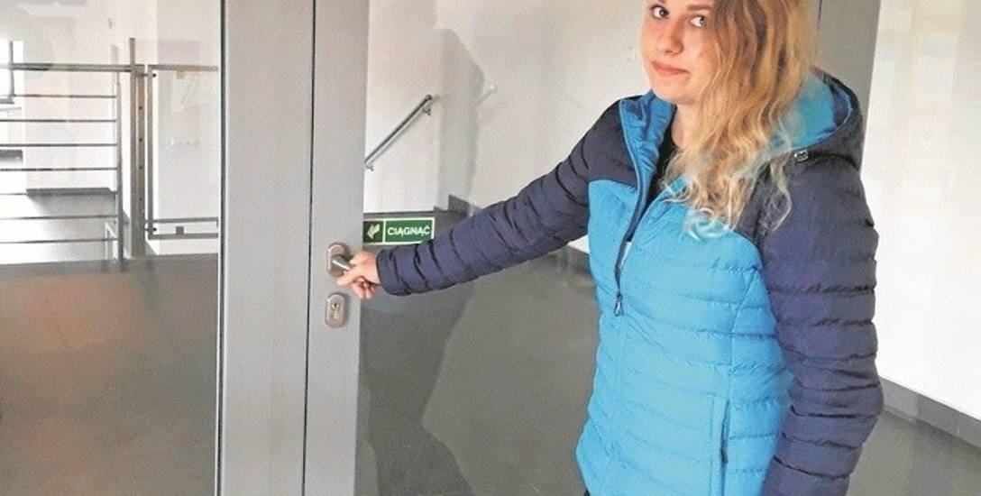 Dominika Zych, pasażerka PKP, uważa że w zamkniętych pomieszczeniach na dworcu mogłaby działać restauracja