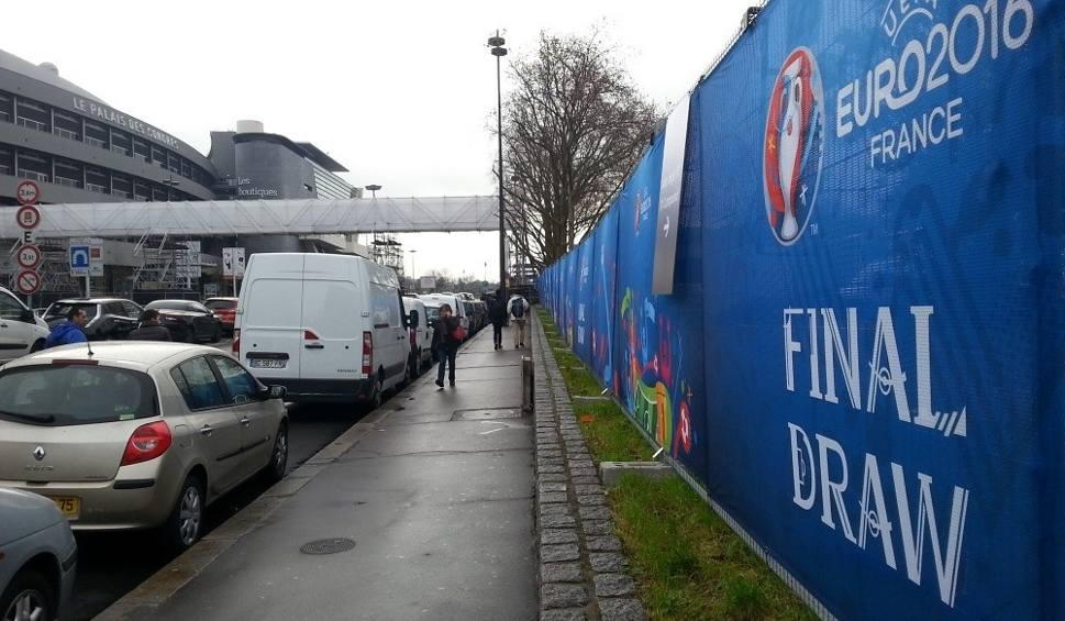 """Film do artykułu: W Palais des Congrès kulki już się """"grzeją"""" - Paryż w pełnej gotowości na losowanie i... święta [ZDJ"""