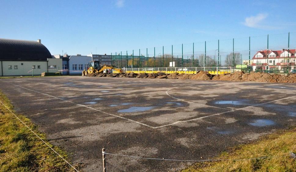 Film do artykułu: Ruszyła przebudowa boiska przy staszowskiej szkole podstawowej numer 3 (ZDJĘCIA)