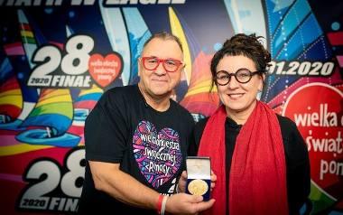 Olga Tokarczuk przekazuje Replikę Medalu Noblowskiego Jurkowi Owsiakowi.