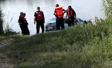 Do zdarzenia doszło w środę, 26 czerwca, w Zaborze. Do stawu na Wapniankach wjechał opel, którego kierowca postanowił się wykąpać.  Mężczyzna zaparkował