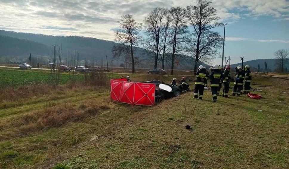 Film do artykułu: Na przejeździe kolejowym w Wiśniowej ford wjechał pod pociąg. Nie żyje dwóch mężczyzn