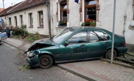 27-latek - kierujący hondą civic - staranował płot na ulicy Niemodlińskiej.