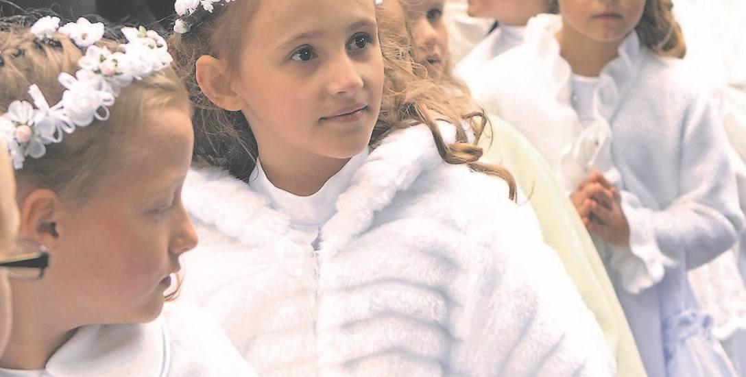 Obecnie prawie we wszystkich parafiach dzieci idą do pierwszej komunii w albach