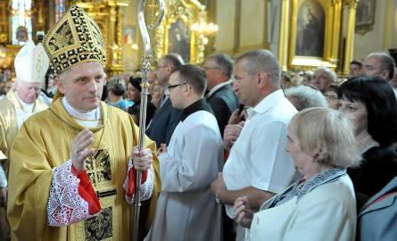 Biskup Stanisław Jamrozek ma 53 lata. Jest absolwentem teologii na Katolickim Uniwersytecie Lubelskim. Przez dwa lata był osobistym sekretarzem metropolity