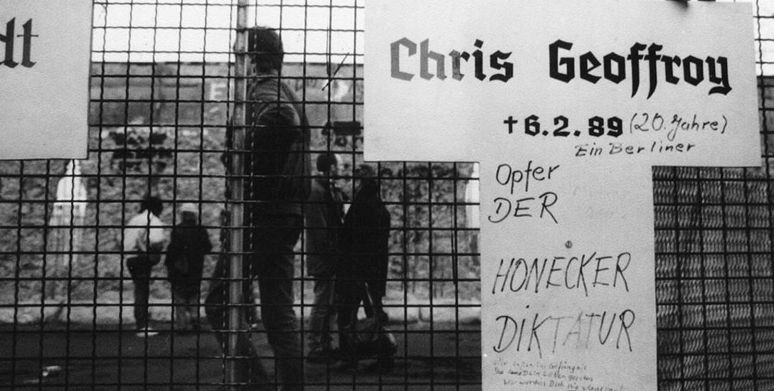 Krzyż upamiętniający Chrisa Geuffroy'a stanął krótko po jego śmierci w pobliżu muru.