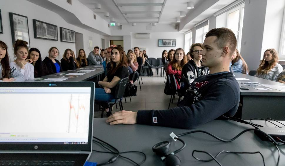 Film do artykułu: Policjanci badają wykrywaczem kłamstw uczniów białostockich liceów (zdjęcia)