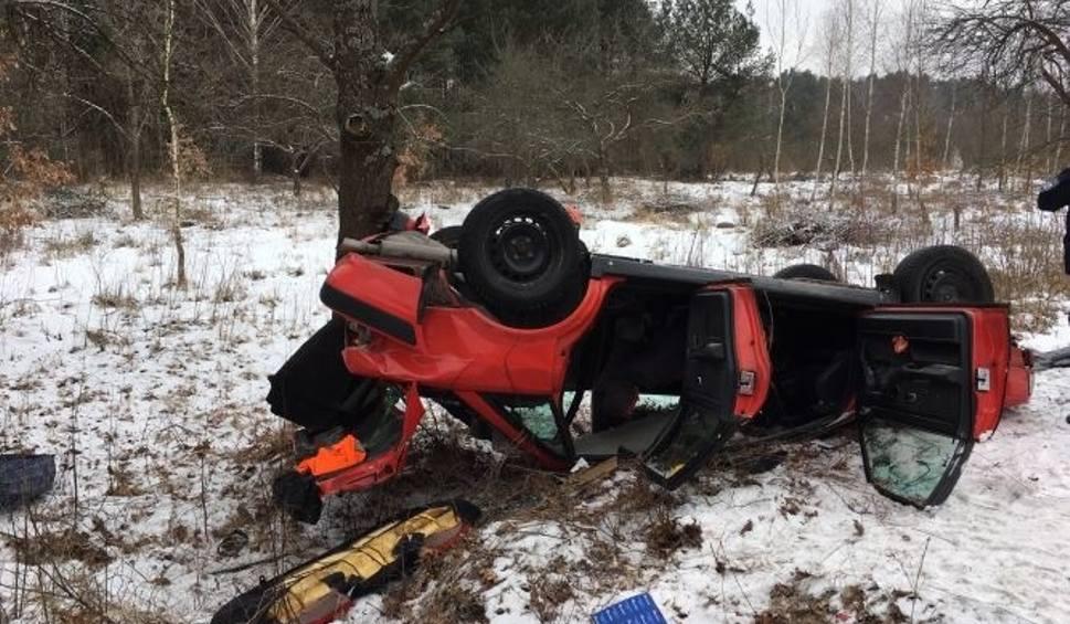 Film do artykułu: Kraksa w Chotowie. Samochód dachował, kierująca przewieziona do szpitala