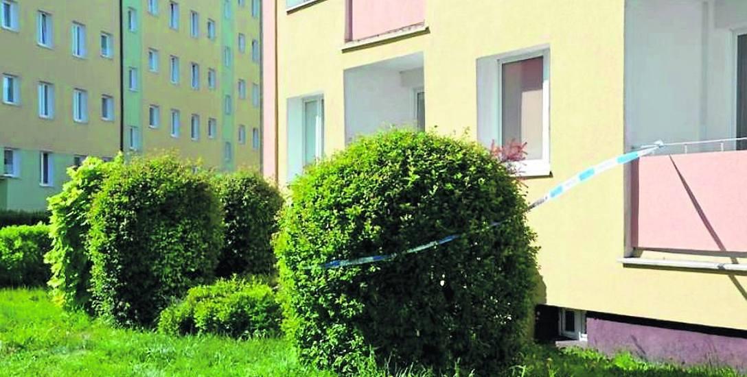 W mieszkaniu na parterze na jednym z lęborskich osiedli przy ul. Jagiellońskiej doszło do zabójstwa. Oskarżony Czesław W. twierdzi, że nie popełnił tego
