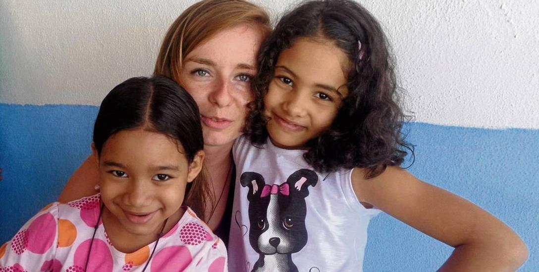 Małgosia Krupnik z działu rejestracji ŚDM z dziećmi rodziny,  u której mieszkała w Rio de Janeiro